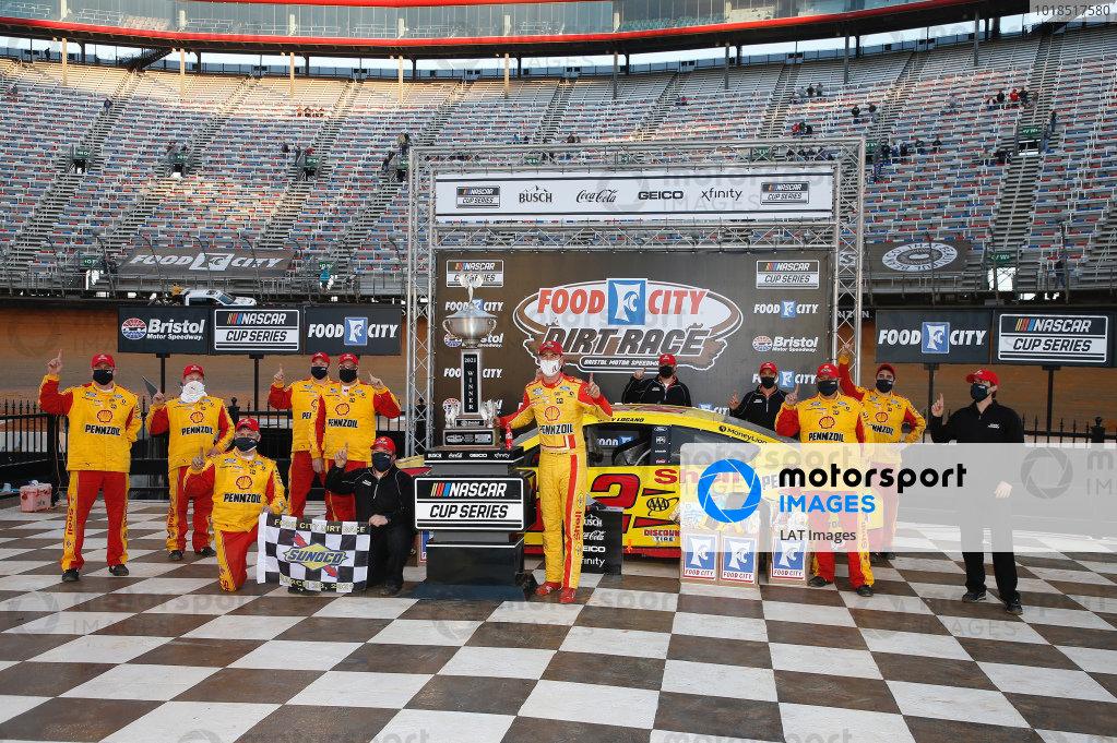 #22: Joey Logano, Team Penske, Ford Mustang Shell Pennzoil, #11: Denny Hamlin, Joe Gibbs Racing, Toyota Camry FedEx Freight