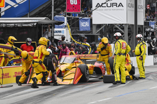 #28: Ryan Hunter-Reay, Andretti Autosport Honda with damage and flat tire.