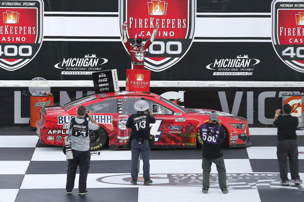 #4: Kevin Harvick, Stewart-Haas Racing, Ford Mustang Busch Light Apple celebrates in victory lane