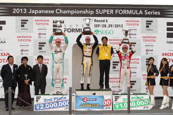 Sportsland Sugo, Japan. 28th - 29th September 2013. Rd 5. Winner Loic Duval ( #8 KYGNUS SUNOCO Team LeMans ) 2nd position Andre Lotterer ( #2 PETRONAS TEAM TOM'S ) 3rd position Naoki Yamamoto ( #16 TEAM MUGEN ) podium World Copyright: Yasushi Ishihara/LAT Photographic. Ref: 2013SF_Rd6_011