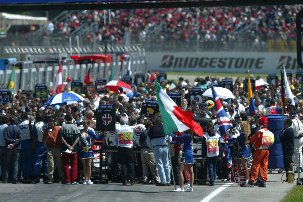 2004 San Marino Grand Prix-Sunday Race,Imola, Italy. 25 April 2004.A very busy grid pre-race.World Copyright: LAT Photographic.Ref: Digital Image only.