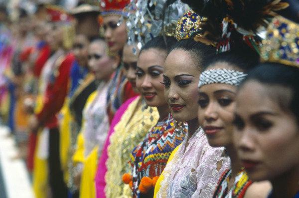 Sepang, Kuala Lumpur, Malaysia. 15-17 October 1999. Grid girls. Atmosphere. Glamour. Ref: 99MAL46. World Copyright - LAT Photographic