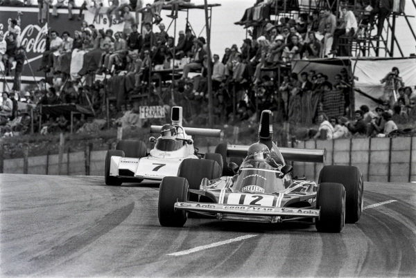 1974 South African Grand Prix. Kyalami, South Africa. 28th - 30th March 1974. Niki Lauda, Ferrari 312B3, 16th position leads Carlos Reutemann, Brabham BT44 Ford, 1st position, action. World Copyright: LAT Images. Ref: 6130 - 22A.