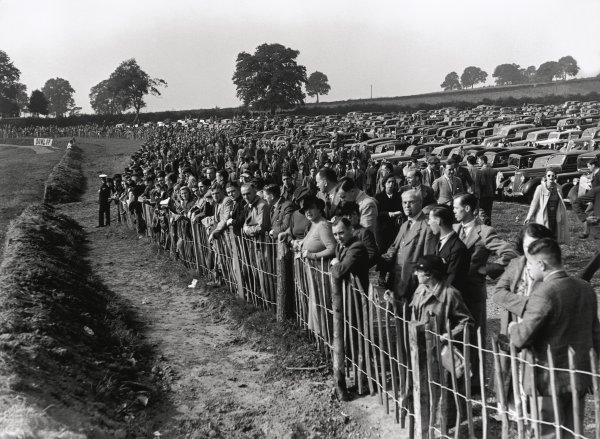 1937 Donington Grand Prix.Donington Park, Great Britain. 2 October 1937.The crowd before the start, atmosphere.World Copyright: LAT PhotographicRef: C12002
