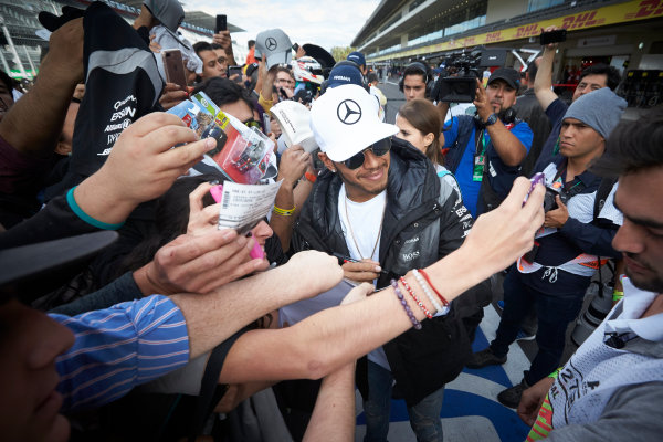 Autodromo Hermanos Rodriguez, Mexico City, Mexico. Thursday 27 October 2016. Lewis Hamilton, Mercedes AMG, meets some fans. World Copyright:Steve Etherington/LAT Photographic ref: Digital Image SNE21774