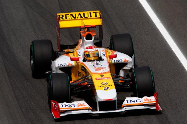 Circuit de Catalunya, Barcelona, Spain 8th May 2009 Fernando Alonso, Renault R29. Action.  World Copyright: Andrew Ferraro/LAT Photographic ref: Digital Image _H0Y2812