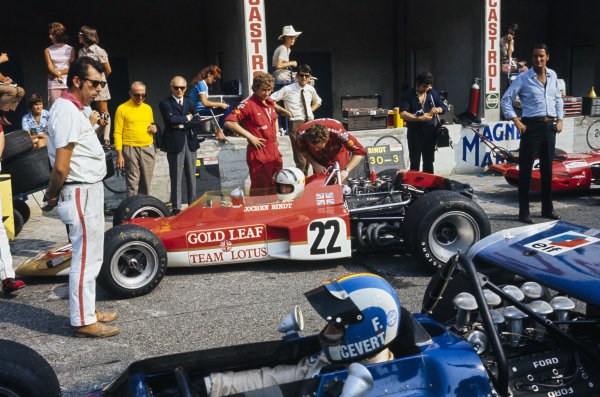 Jochen Rindt, Lotus 72C Ford looks across at François Cevert, March 701 Ford as he drives down the pitlane.