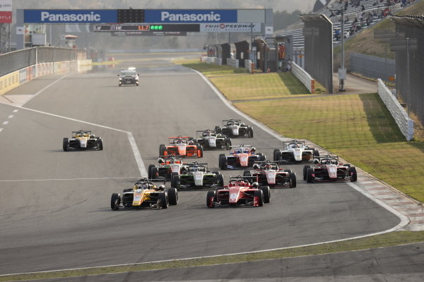 The start of the race action. Winner Teppei Natori, Byoubugaura B-MAX Racing 320, leads the field