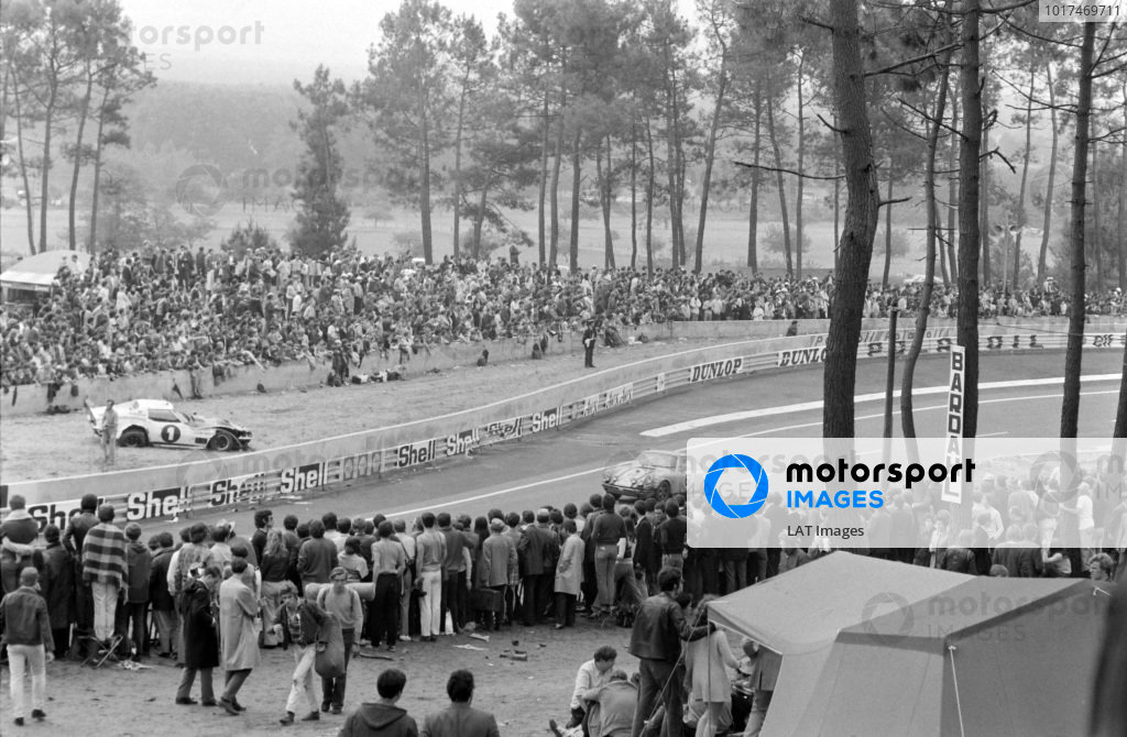 Fans watch as Jean-Claude Parot / Jacques Dechaumel, Jacques Dechaumel, Porsche 911 S, passes.