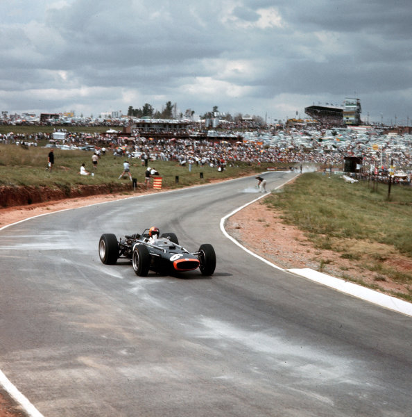 Kyalami, South Africa.31/12/66-2/1/1967.Mike Spence (BRM P83).Ref-3/2508.World Copyright - LAT Photographic