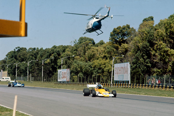 1973 Argentinian Grand Prix.  Buenos Aires, Argentina. 26-28th January 1973.  Mike Beuttler, March 721G Ford, and a low flying helicopter.  Ref: 73ARG07. World Copyright: LAT Photographic