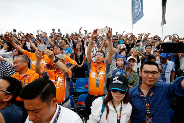 2016/2017 FIA Formula E Championship. Hong Kong ePrix, Hong Kong, China. Sunday 09 October 2016. Fans watch the race. Photo: Adam Warner/LAT/Formula E ref: Digital Image _L5R8158