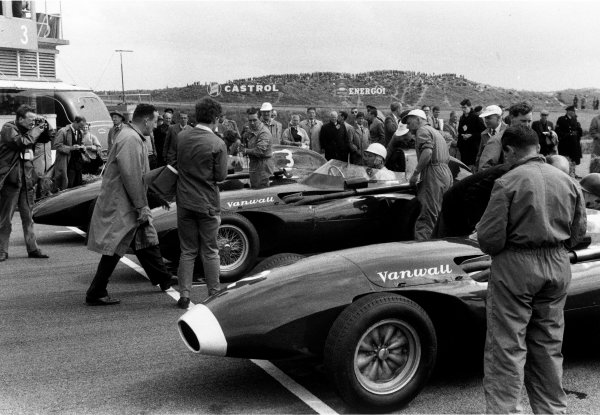 1958 Dutch Grand Prix. Zandvoort, Holland. 25 May 1958. Vanwall front row: Tony Brooks, Vanwall VW7, retired, Stirling Moss, Vanwall VW10, 1st position, and Stuart Lewis-Evans, Vanwall VW5, retired, on the grid before the start, action. World Copyright: LAT Photographic Ref: Autosport b&w print LAT PHOTOGRAPHIC www.latphoto.co.uk +44(0)20 8267 3000