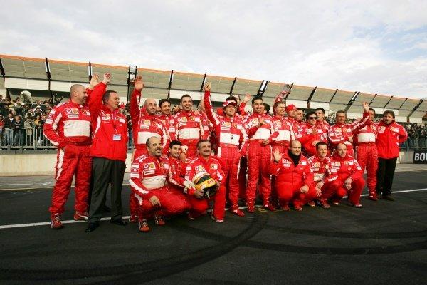 Luca Badoer (ITA) poses with the Ferrari mechanics. Bologna Motor Show, Bologna, Italy, 3-4 December 2005.DIGITAL IMAGE