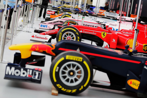 F1 Live London. London, United Kingdom. Wednesday 12 July 2017. A line-up of Formula 1 cars ahead of the London street demonstration, including a Red Bull, Ferrari, Force India, Williams, McLaren, Sauber, Renault and Toro Rosso. World Copyright: Zak Mauger/LAT Images ref: Digital Image: _54I1642