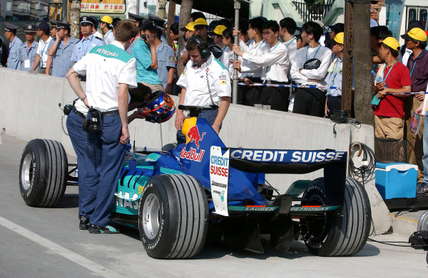 2004 Petronas Shanghai International Race Festival (DTM)Shanghai, China. 17th - 18th July.The Sauber team prepare their C23 for a demonstration run on the Shanghai streets.World Copyright: Andre Irlmeier/LAT Photographicref: Digital Image Only