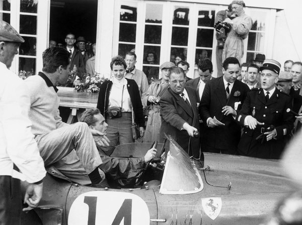 Le Mans, France. 21-22 June 1958. Woman with camera Denise McCluggage Olivier Gendebien/Phil Hill (Ferrari 250TR Testa Rossa), 1st position with Denise McCluggage, woman with camera in the pit lane, portrait.  World Copyright: LAT Photographic.