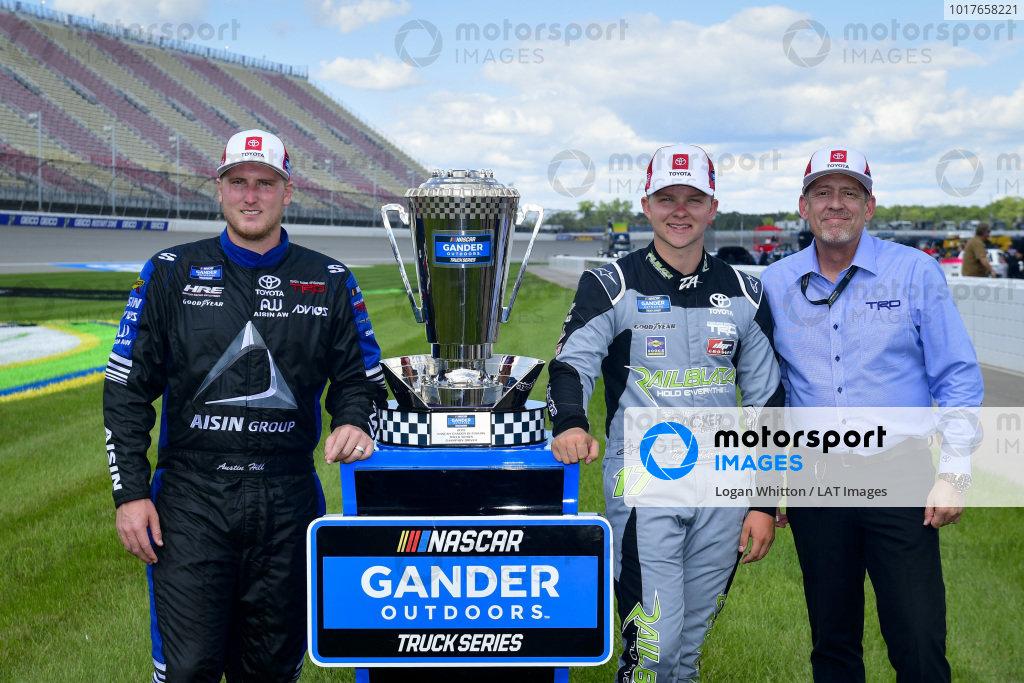 #16: Austin Hill, Hattori Racing Enterprises, Toyota Tundra Hino, AISIN Group, #17: Tyler Ankrum, DGR-Crosley, Toyota Tundra May's Hawaii