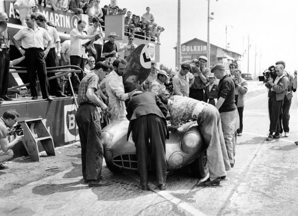 1959 Le Mans 24 hours.Le Mans, France. 20-21 June 1959.Roy Salvadori/Carroll Shelby (Aston Martin DBR1), 1st position, pit stop, action.World Copyright: LAT PhotographicRef: C55960.