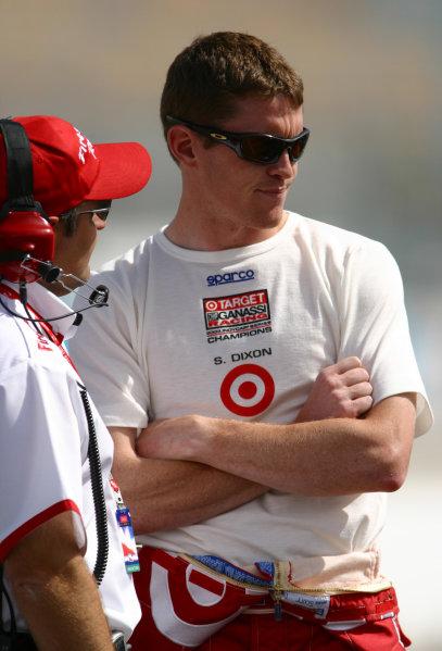 19-21 March, 2004, Phoenix, Arizona, USAScott Dixon (Target Chip Ganassi Racing) consults with a Firestone technician.-Phillip Abbott/USALAT Photographic