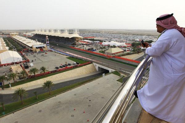 Fans watch the action. Formula One World Championship, Rd4, Bahrain Grand Prix, Bahrain International Circuit, Sakhir, Bahrain, Sunday 22 April 2012.