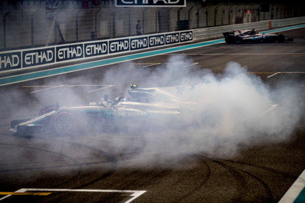 Yas Marina Circuit, Abu Dhabi, United Arab Emirates. Sunday 26 November 2017. Valtteri Bottas, Mercedes F1 W08 EQ Power+, performs celebratory doughnuts at the end of the race. World Copyright: Glenn Dunbar/LAT Images  ref: Digital Image _31I9153