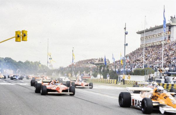Gilles Villeneuve, Ferrari 126CK, at the start of the race.