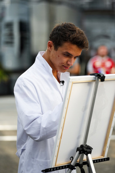 Lando Norris, McLaren paints for a TV feature