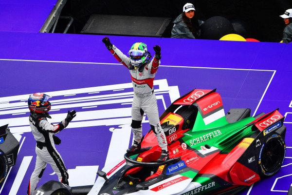 Sébastien Buemi (CHE), Nissan e.Dams, congratulates Lucas Di Grassi (BRA), Audi Sport ABT Schaeffler, in Parc Ferme after the race