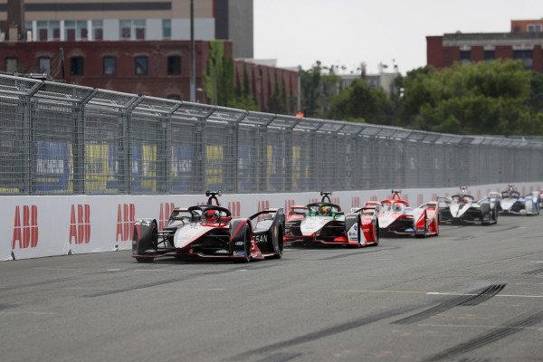 Sebastien Buemi (CHE), Nissan e.Dams, Nissan IMO2, leads Lucas Di Grassi (BRA), Audi Sport ABT Schaeffler, Audi e-tron FE07, and Alex Lynn (GBR), Mahindra Racing, M7Electro