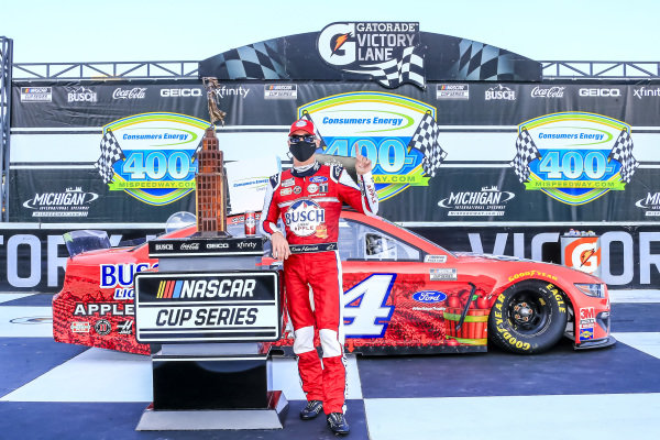 #4: Kevin Harvick, Stewart-Haas Racing, Ford Mustang Busch Light Apple in victory lane with the Heritage Trophy for Manufacturer