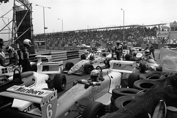 Macau, China. 26th November 1989.Otto Rensing (Reynard-Mugen Honda RT33), retired, leads the field into the first corner before the mass pile up, action.World Copyright: LAT PhotographicRef: 89/1120 - 18A