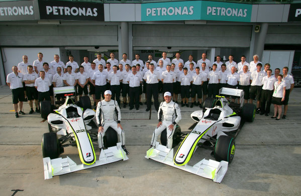 Sepang, Kuala Lumpur, Malaysia2nd April 2009Jenson Button and Rubens Barrichello pose for a picture with their BGP001s and the rest of the Brawn GP team.World Copyright: Charles Coates/LAT Photographicref: Digital Image ZK5Y0925