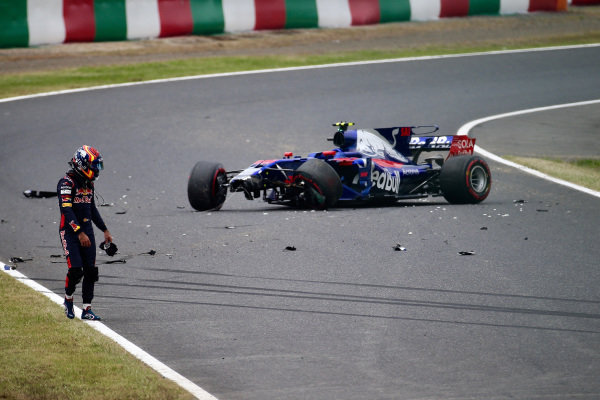Carlos Sainz jr (ESP) Scuderia Toro Rosso STR12 crashes in FP1 at Formula One World Championship, Rd16, Japanese Grand Prix, Practice, Suzuka, Japan, Friday 6 October 2017.