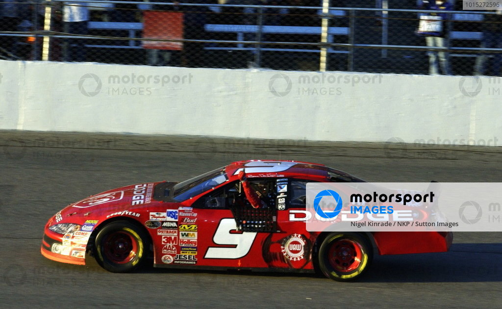 Race winner Bill Elliott (USA), Dodge Dealers, celebrates with a thumbs up.