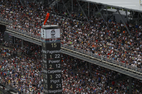 Fans, Simon Pagenaud, Team Penske Chevrolet leads