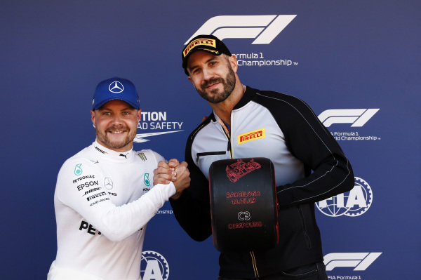 "Pole Sitter Valtteri Bottas, Mercedes AMG F1 receives the Pirelli Pole Position Award from WWE Wrestler Claudio ""Cesaro"" Castagnoli"