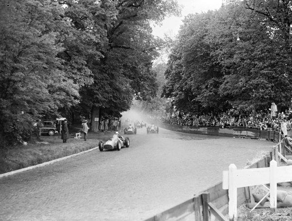 Luigi Villoresi, Ferrari 375, leads at the start from Piero Taruffi, Ferrari 375 (#44), and Emmanuel de Graffenried, Alfa Romeo 159 (#26).
