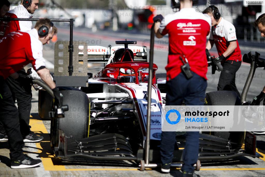 Kimi Raikkonen, Alfa Romeo Racing C39 tlačil mechanici do boxovej uličky