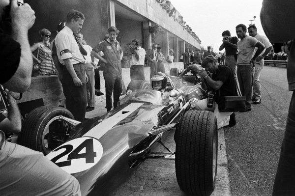 Jim Clark, Lotus 49 Ford. Keith Duckworth looks on.