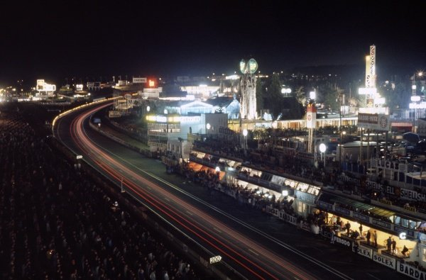 1968 Le Mans 24 hours. Le Mans, France. 28-29 September 1968. The pits at night. World Copyright: LAT Photographic Ref: 68LM35