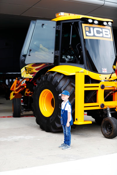 Williams 40 Event Silverstone, Northants, UK Friday 2 June 2017. A young fan next to a JCB. World Copyright: Sam Bloxham/LAT Images ref: Digital Image _J6I6834