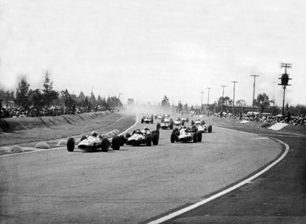1966 Mexican Grand Prix.Mexico City, Mexico. 23 October 1966.Richie Ginther, Honda RA273, 4th position, leads at the start, action.World Copyright: LAT PhotographicRef: b&w print