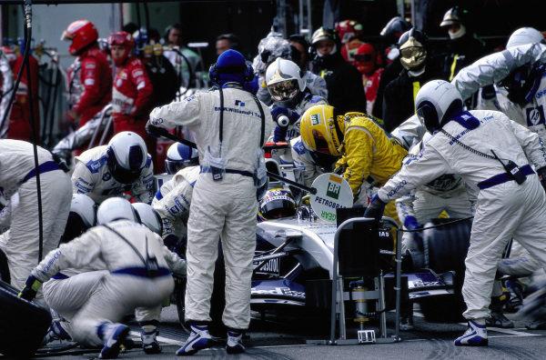 A pit stop for Juan Pablo Montoya, Williams FW26 BMW.