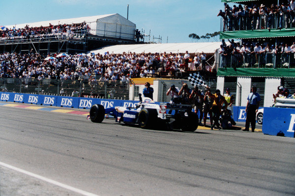 1995 Australian Grand Prix. Adelaide, Australia. 10-12 November 1995. Damon Hill (Williams FW17B Renault) takes the chequered flag for 1st position. Ref-95 AUS 03. World Copyright - LAT Photographic