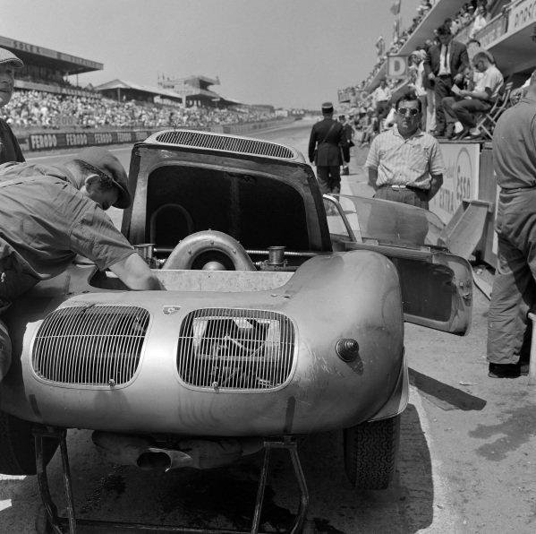 Edgar Barth / Wolfgang Seidel, Porsche KG, Porsche 718 RS60, makes a pitstop.