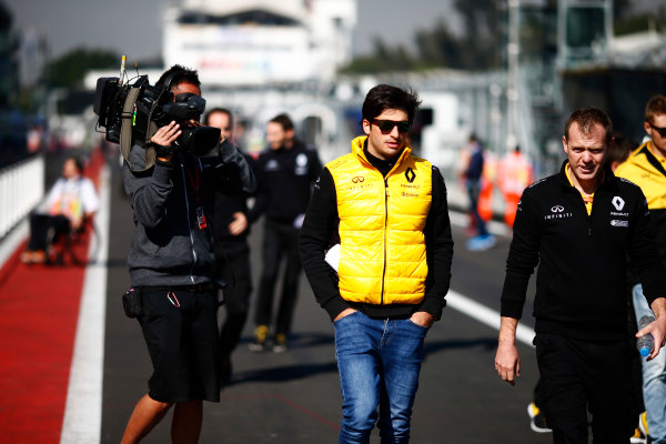 Autodromo Hermanos Rodriguez, Mexico City, Mexico. Thursday 26 October 2017. Carlos Sainz Jr, Renault Sport F1, is filmed starting a track walk with colleagues. World Copyright: Andy Hone/LAT Images  ref: Digital Image _ONZ8922