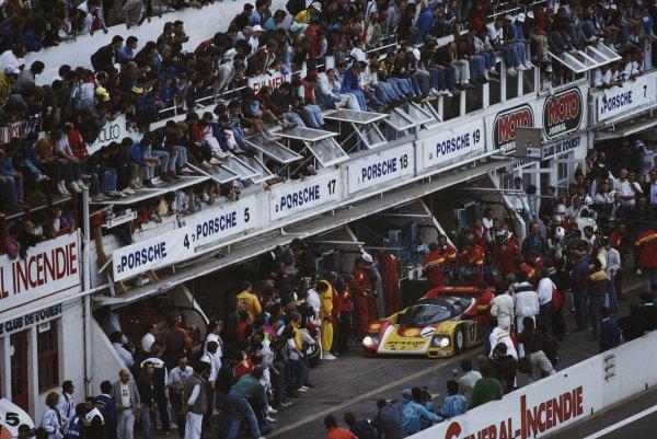 Hans-Joachim Stuck / Klaus Ludwig / Derek Bell, Porsche AG, Porsche 962 C, pit stop.