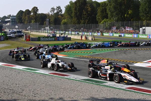 10 Juri Vips (EST, Hitech Grand Prix) Ralph Boschung (CHE, Campos Racing)