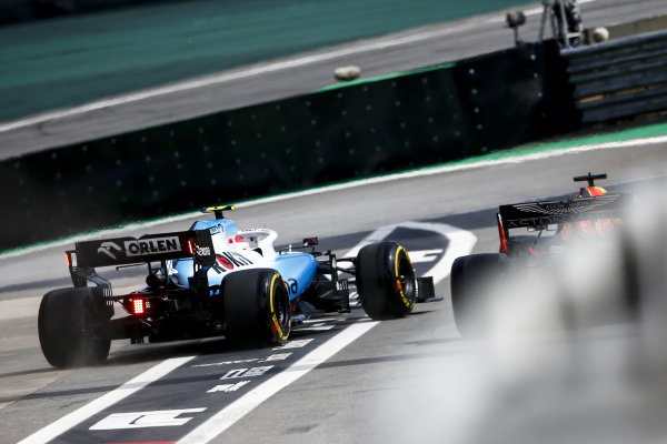 Robert Kubica, Williams FW42 being released into Max Verstappen, Red Bull Racing RB15 in the pit lane